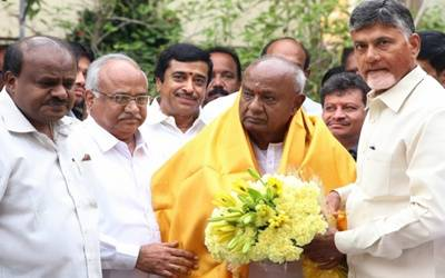 Naidu meets Gowda for uniting opposition parties